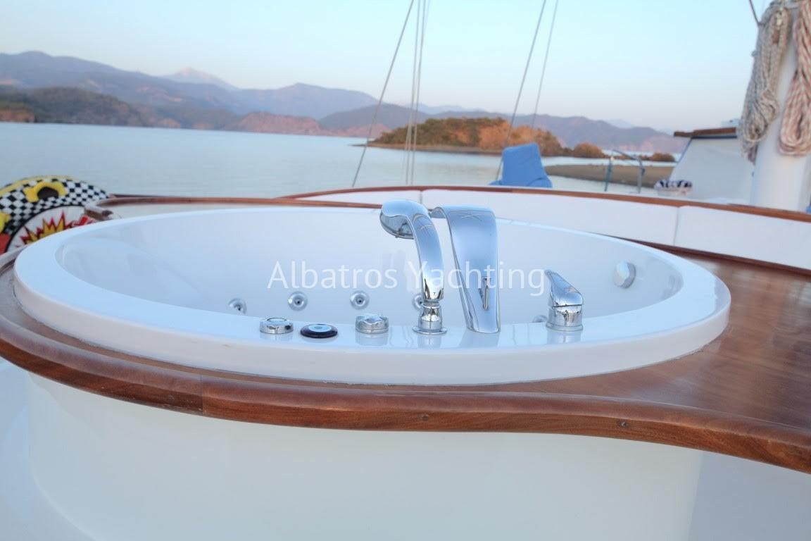 She provides a professional crew of 5 - Albatros